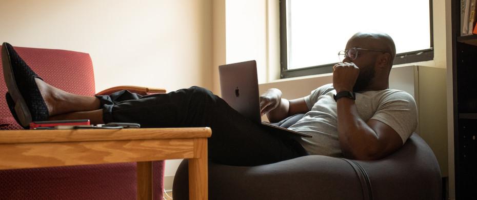 Ein Mann arbeitet in Flexarbeit mit seinem Laptop